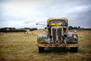 Den här bilen håller på att återvinnas, lösas upp i sina beståndsdelar, tack vare microorganismerna.